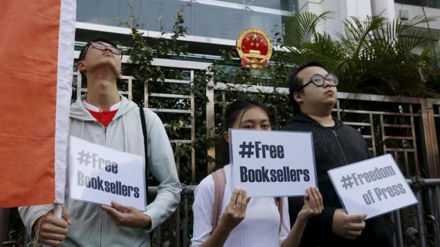 Estudiantes protestan por la desaparición de vendedores de libros (Reuters)