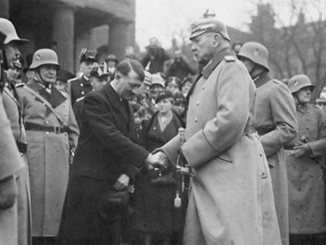 El 29 de enero de 1933, el Presidente Paul von Hindenburg nombró canciller a Adolf Hitler, el líder del NDSAP, el Partido Nacional Socialista de los Trabajadores Alemanes.