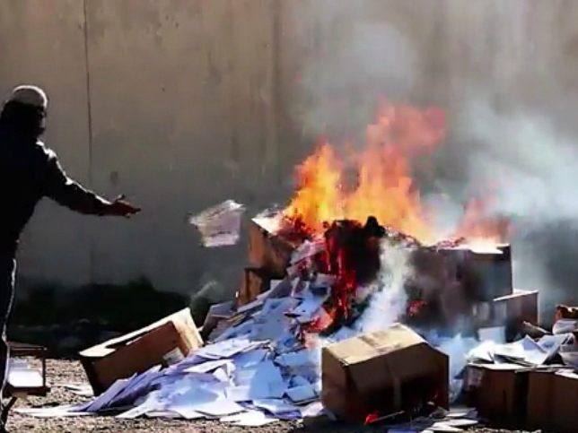 islamic-state-christian-book-burning-screenshot